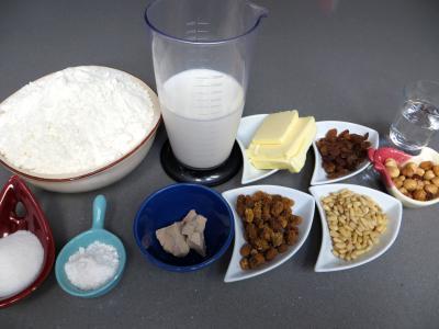 Ingrédients pour la recette : Couronnes de pain de mie aux fruits secs