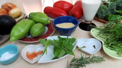 Ingrédients pour la recette : Potage aux tomates et aux avocats