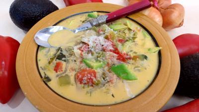 couscous : Assiette de potage aux tomates et aux avocats