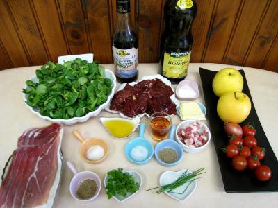 Ingrédients pour la recette : Salade de mâche aux foies de volaille et aux pommes