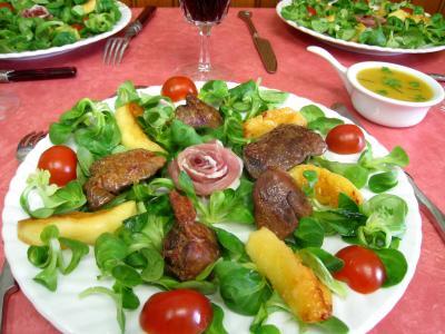 vinaigre vin rouge : Assiette de mâche aux foies de volaille et pommes