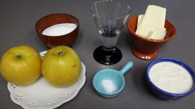 Ingrédients pour la recette : Crêpes aux pommes et au caramel