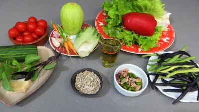 Ingrédients pour la recette : Salade de courgette crue au pesto