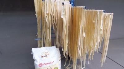 badiane : Présentoir de tagliatelles fraîches à la farine de seigle