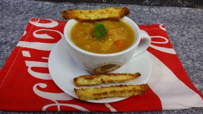 soupe : Bol de soupe de légumes et tomme de brebis