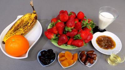 Ingrédients pour la recette : Salade de fraises et de fruits secs