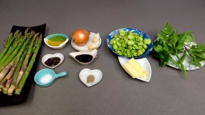 Ingrédients pour la recette : Poêlée d'asperges et fèves