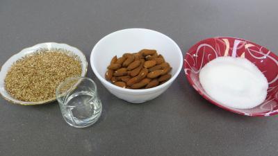 Ingrédients pour la recette : Amandes caramélisées aux graines de sésames