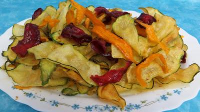 farine type 55 : Assiette de chips aux courgettes, carottes et betterave rouge
