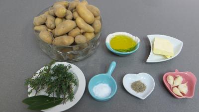 Ingrédients pour la recette : Grenailles (pommes de terre) au thym et laurier
