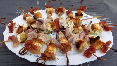 Image : Assiette de brochettes de calamars à la grecque
