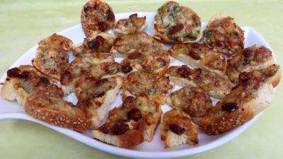 Amuse-bouche : plat de bouchées de camembert aux noisettes