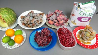 Ingrédients pour la recette : Confiture de pastèque et de fruits congelés