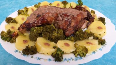 Fête des mères : Cuisse de dinde à la moutarde servie dans une assiette de service