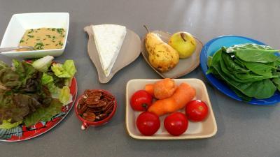 Ingrédients pour la recette : Brie et poires en salade