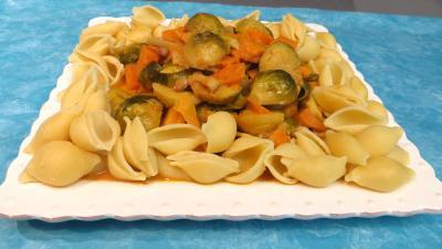 huile : Assiette de choux de Bruxelles et patates douces accompagnés de conchiglioni