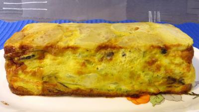 Plat de gâteau d'omelette au saumon