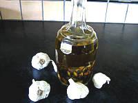 conserve à l'huile : huile à l'ail en bouteille