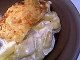 rondelé ail et fines herbes : Assiette de gratin parfumé aux pommes de terre