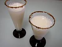 sirop de noix de coco : Verres de cocktail gin et lait d'amande