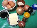 Ingrédients pour la recette : Oeufs au plat et aux oignons confits