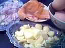 Ingrédients pour la recette : Omelette au saumon et aux pommes de terre