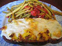 pain de campagne : Assiette d'oeufs brouillés à la mozzarella