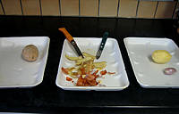 Placement des récipients pour l'épluchage des légumes