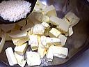 Saupoudrer de la farine sur du beurre