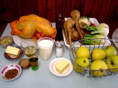 Ingrédients pour la recette : Chapon aux pommes et légumes avec sauce au champagne et armagnac