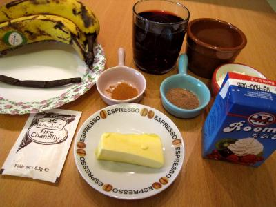Ingrédients pour la recette : Bananes au vin rouge et chantilly