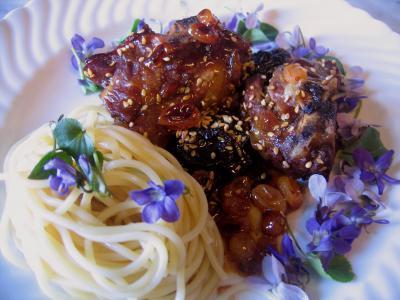 violette : Assiette d'agneau aux violettes et aux graines de sésame