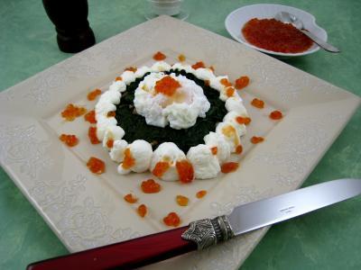 entrée à base de poisson : Assiette de galette d'épinards aux oeufs de saumon