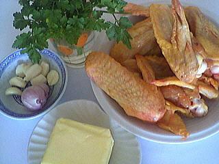 Ingrédients pour la recette : Ailes de volaille à l'ail et au persil
