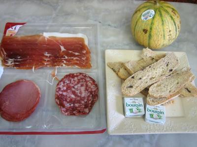 Ingrédients pour la recette : Amuse-bouche au melon et charcuterie