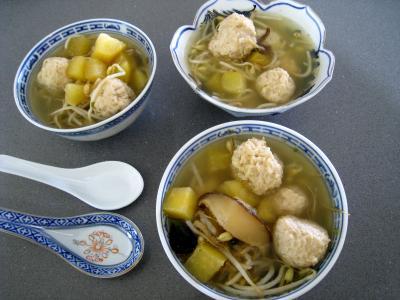potage de legumes : Bols de potage chinois aux boulettes de poulet