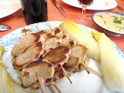 brochettes : Assiette de brochettes de porc aux enfives et sa sauce aux noix de cajou