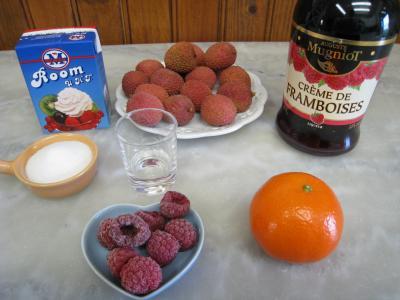 Ingrédients pour la recette : Cocktail de crème de framboises et litchis