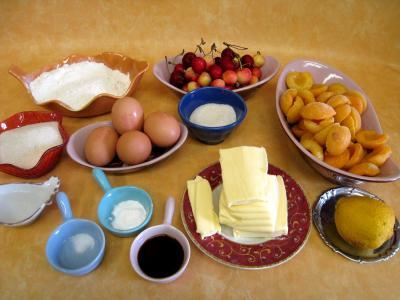 Ingrédients pour la recette : Quatre-quarts aux abricots et aux cerises
