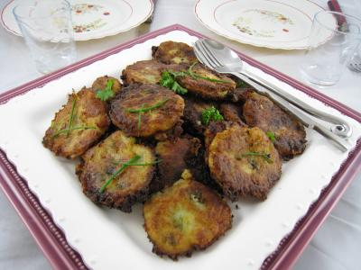 beignets salés : Assiette de beignets de pommes de terre