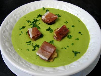 jambon de bayonne : Assiette de soupe froide aux petits pois