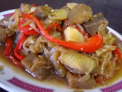 Image : Assiette de service d'aubergines aux oignons à la chinoise