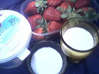 Ingrédients pour la recette : Mousse rosée glacée aux fraises