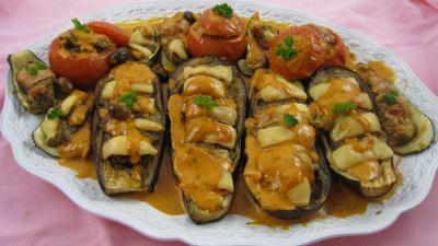 viande hachée : Assiette d'aubergines et légumes farcis