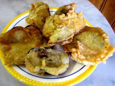 beignets salés : Assiette de beignets de fleurs de cougettes et aubergines