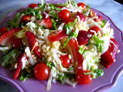 blé : Assiette de salade de blé aux fruits