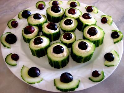 poivre noir : Assiette de bouchées au concombre et au roquefort