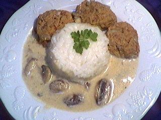 Sauce aux champignons : Assiette de boulettes de boeuf au riz