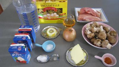 Ingrédients pour la recette : Tagliatelles au poulet et au cognac