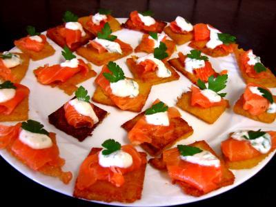 Cuisine suisse : Assiette de canapés de polenta au saumon fumé